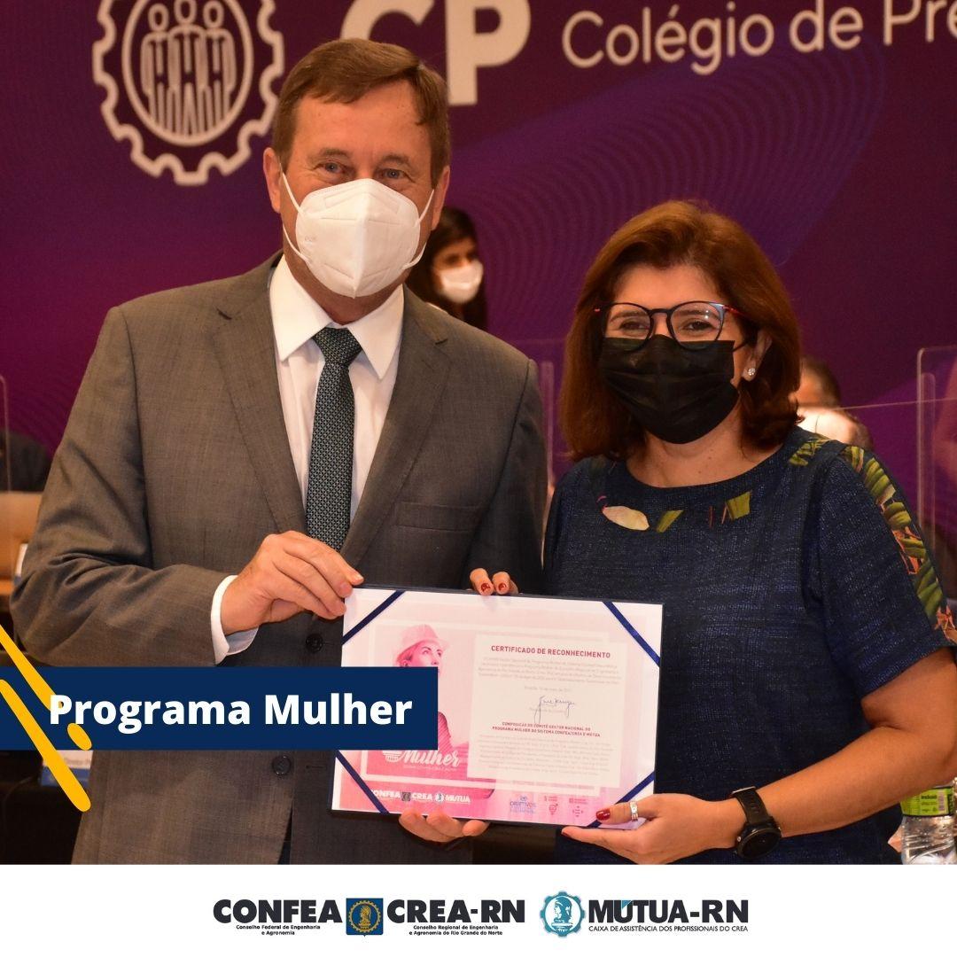 Presidente Ana Adalgisa recebe certificado alusivo à implantação do Programa Mulher no Crea-RN